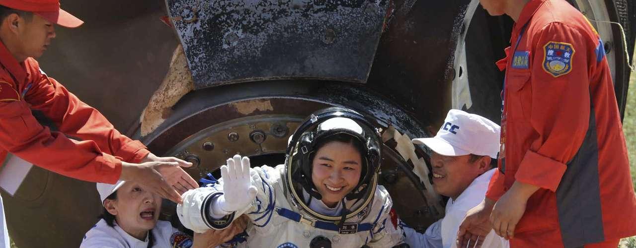 Tras aterrizar bajo un cielo azul intenso y las miradas de líderes chinos como el primer ministro Wen Jiabao, atento al acontecimiento desde el Centro de Control Aeroespacial de Pekín, la tripulación confirmó su buen estado de salud aún desde el interior de la cápsula: \