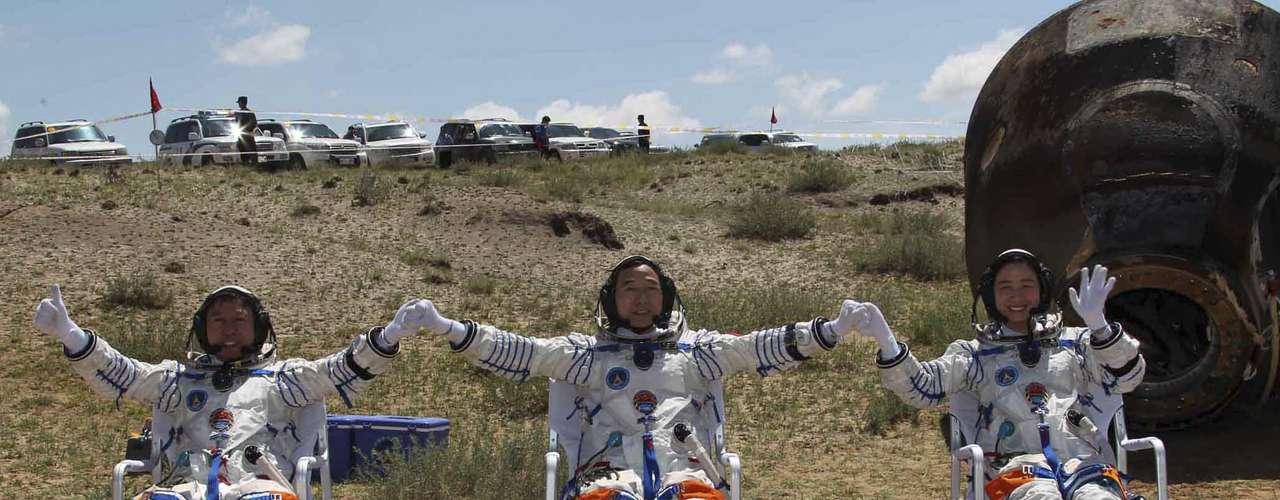 Después de 13 días de misión, los astronautas Jing Haipeng, Liu Wang y Liu Yang, ésta última la primera mujer china en viajar al cosmos, volvieron a casa en \