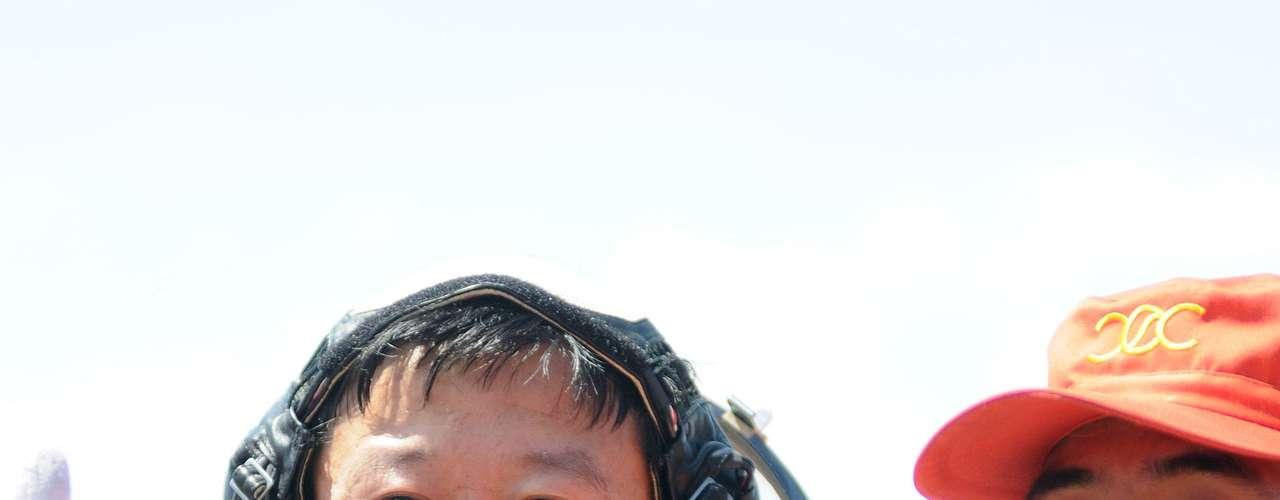 El veterano y comandante de la nave He Haipeng fue el primero en salir de la cápsula, con una gran sonrisa, que imitó su compañero y militar Li Wang, el segundo en abandonar el vehículo espacial, seguido de la única mujer a bordo, y la primera china en viajar al cosmos, Liu Yang, de 34 años.