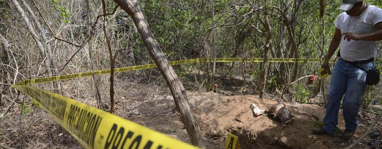 A principios del mes de marzo tres fosas clandestinas con los restos mortales de 15 personas fueron halladas en el municipio de Benito Juárez, en el estado de Nuevo León. Las últimas investigaciones dieron a conocer un total de dos cuerpos completos putrefactos y restos humanos de 13 personas más.
