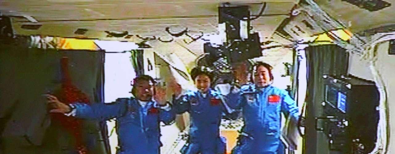 China, el tercer país que consiguió llevar astronautas al espacio (el primero en 2003), quiere demostrar con su programa espacial que está capacitada tecnológicamente para trabajar en bases permanentes en el cosmos, en respuesta a las reticencias de países como EEUU a que participe en la Estación Espacial Internacional (ISS).