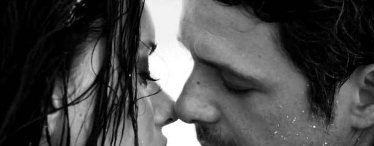 """Las escenas románticas, combinadas con la pasión que irradian Alejandro Sanz y una hermosísima modelo en el material audiovisual de """"No Me Compares"""", nos dejó con las emociones bien prendidas, por ello lo escogimos como el video sexy de la semana. Acompáñennos a repasar los momentos más picantes."""