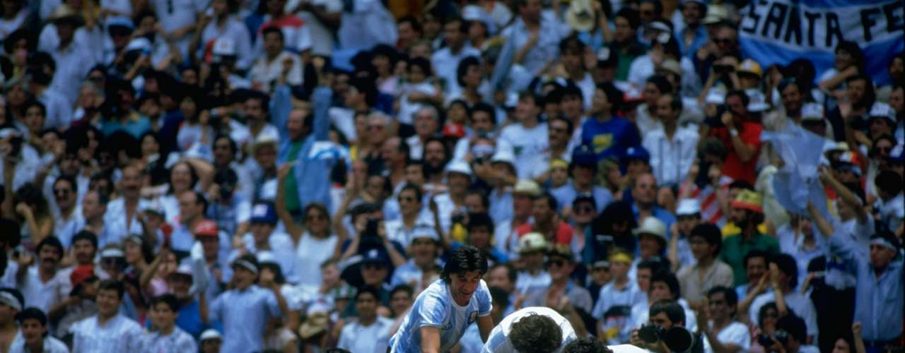 """El 29 de junio de 1986, en México, Argentina lograba un título que jamás pudo volver a repetir. Hace 26 años el seleccionado albiceleste levantaba su segunda Copa del Mundo de la mano del jugador más grande de todos los tiempos: Diego Armando Maradona. Con un equipo a su medida, Carlos Salvador Bilardo formó una alineación inquebrantable que ganó 6 partidos y empató tan sólo uno en la primera fase con Italia. Las víctimas de la selección de Maradona fueron: Corea del Sur y Bulgaria en primera fase, Uruguay en octavos, Inglaterra en cuartos (con el mejor gol de la historia de los mundiales y """"La mano de Dios"""", incluida), Bélgica en semis, y Alemania en la final. Argentina también contó con jugadores de la talla de Ruggeri, Batista y Burruchaga entre otros."""