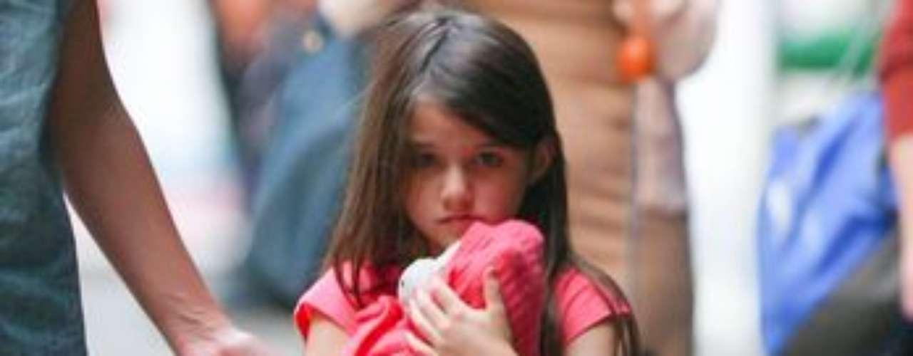 Katie Holmes le dedica todo el tiempo a su pequeña hija Suri. Como muestra de eso son estas fotografías en las que se ve jugando con ella por las calles de NY sin importarle la presencia de los paparazzi.