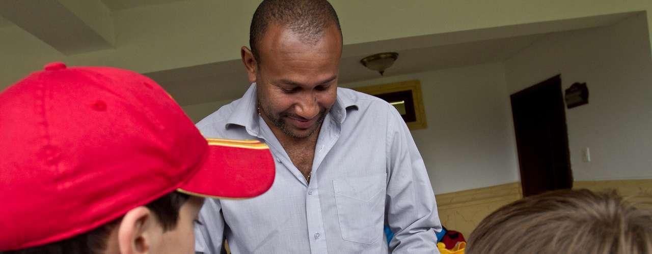 Agustín Julio, exarquero y ahora Gerente Deportivo de Independiente Santa Fe firma autógrafos a niños de una filial de la Escuela de Formación de los rojos.
