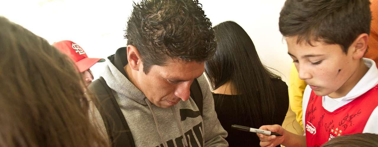 Diego Cabrera, goleador boliviano de Independiente Santa Fe firma autógrafos y se toma fotos con niños de una filial de la Escuela de Formación del rojo.