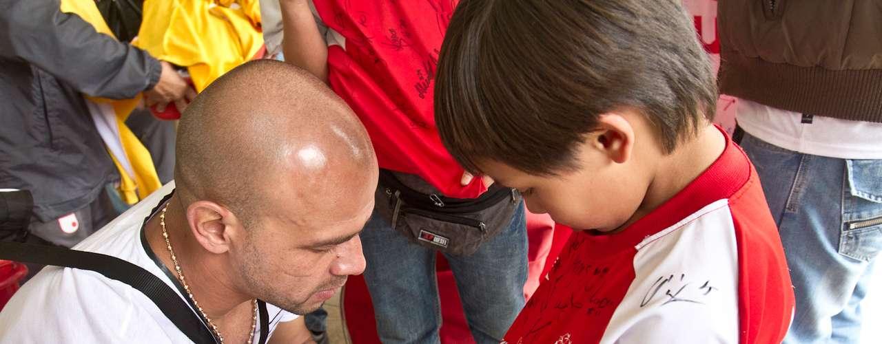 Germán Centurión, defensor paraguayo de Independiente Santa Fe firma autógrafos y se toma fotos con niños de una filial de la Escuela de Formación del rojo.
