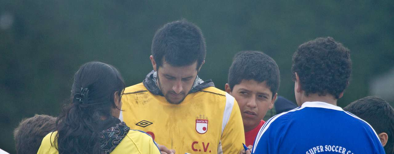 Camilo Vargas, arquero del 'León', firma algunos autógrafos a algunos niños de la Escuela de Formación del club.
