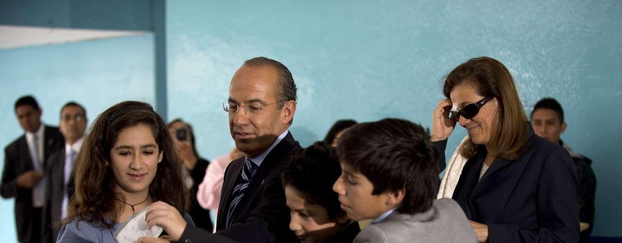 El presidente Felipe Calderón acudió esta tarde a emitir su voto en compañìa de su esposa, Margarita Zavala y sus tres hijos, en la casilla ubicada en la escuela primaria 'El Pípila' que se encuentra a unos metros de la Residencia Oficial de los Pinos.