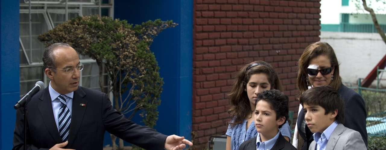 Calderón tomó sus papeletas y pidió a sus tres hijos lo acompañaran a la mampara, lo mismo sucedió con Margarita Zavala.