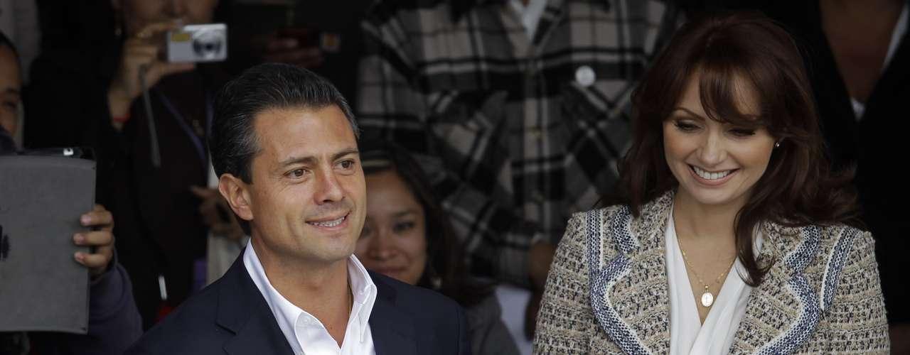 Entre empujones, decenas de personas, otros tantos de representanres de los medios de comunicación y acompañado de su esposa e hijas de ambos, Enrique Peña Nieto, candidato a la presidencia por el PRI-Verde Ecologista, emitió su voto en el municipio de Atlacomulco.