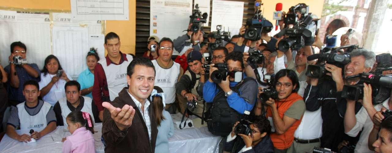 En compañía de su esposa, la actriz Angélica Rivera, quien también votó en este municipio mexiquense, el abanderado tricolor votó por presidente de la república, senadores y diputados federales.