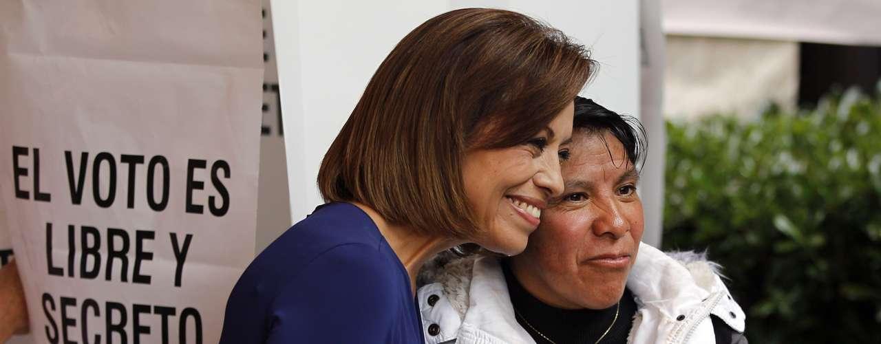 Josefina Vázquez Mota emitió su voto en el municipio de Huixquilica, Estado de México, después de hacer una larga espera en la casilla debido al copioso número de personas que asistieron a votar a la misma hora que la candidata del PAN.
