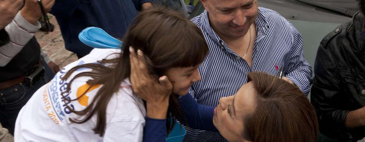 """Ante decenas de reporteros y representantes en general de los medios de comunicación, Vázquez Mora aseguró """"me siento muy bien acompañada"""" a pesar de la ausencia del presidente de Acción Nacional, Gustavo Madero,  y de Margarita Zavala, primera dama, esta última por problemas de salud que la llevaron a visitar el hospital."""