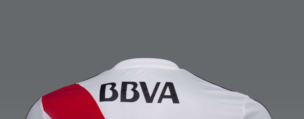 En relación a la insignia, El más grande ubicada en forma opuesta al escudo de River Plate, está desarrollada en formato bajo relieve, también conocida como gofrado o embossing, técnica lograda a partir de la aplicación de calor a alta temperatura.