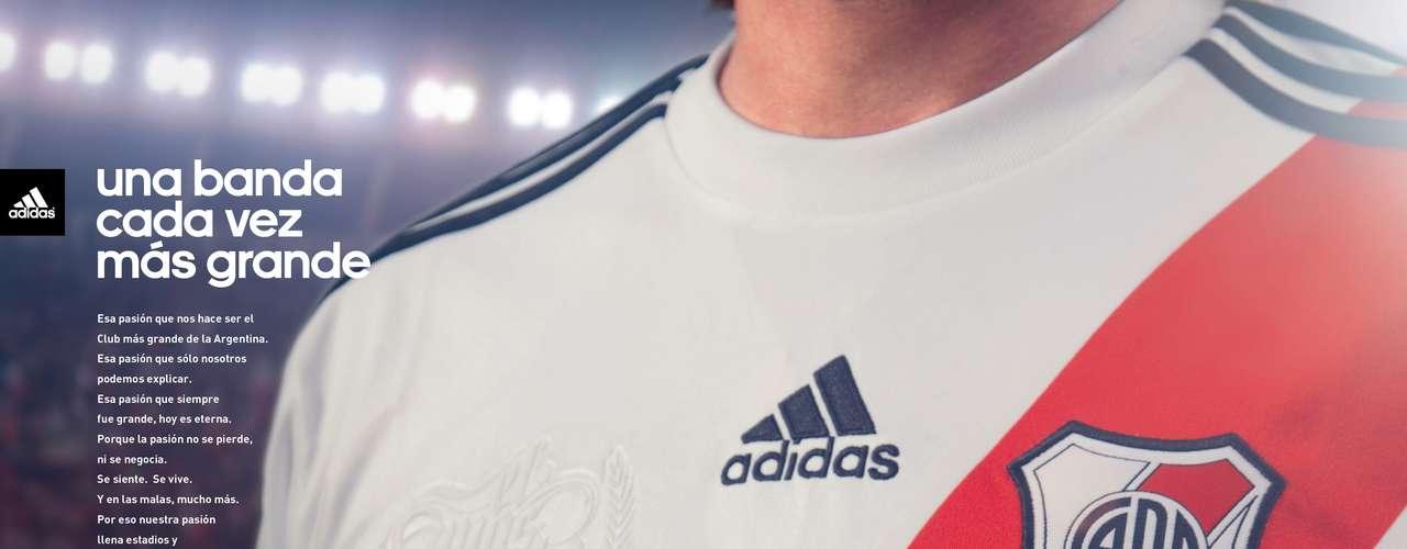 Adidas Argentina presentó la nueva camiseta del Club Atlético River Plate, en la cual la banda roja se muestra completa y vuelve a ser la gran protagonista. La nueva casaca será estrenada oficialmente en el torneo de fútbol argentino que comenzará en agosto.