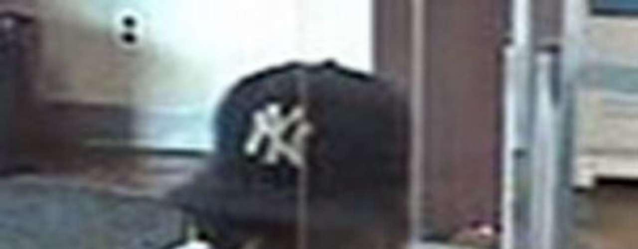 A este sujeto se le acusa de varios robos a mano armada a instituciones bancarias de Nueva York. Se cree que este hombre cometió varios asaltos durante el mes de julio del 2011. Se le conoce como el 'Bandido de Guante Uno'. Tiene entre 25 y 35 años de edad, mide cerca de 5'11\