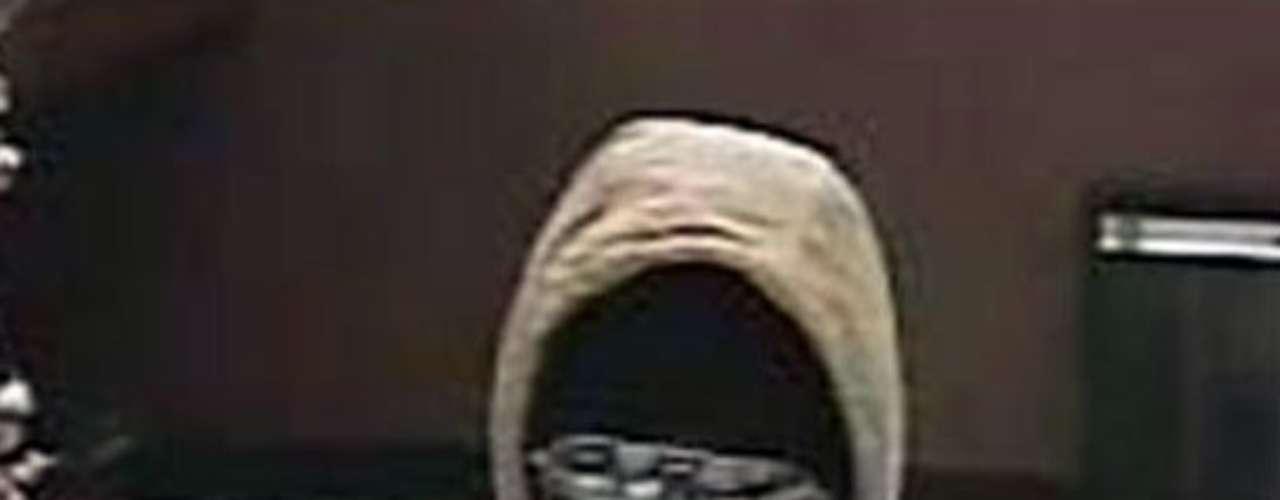 Las autoridades buscan a este sospechoso de varios asaltos bancarios en Virgina realizados durante marzo y abril de este año. El sujeto se hace acompañar de otras dos personas. Los delincuentes son descritos como afroamericanos y durante los atracos usan capuchas y gafas de sol.