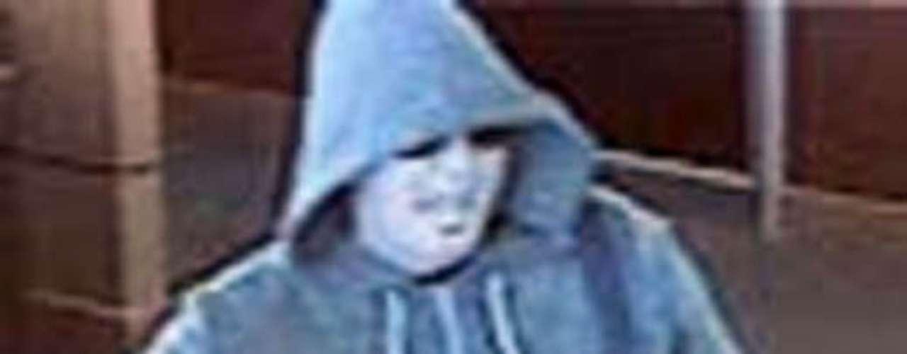 En abril del 2011 dos hombres irrumpieron a punta de pistola una casa de crédito en  Salem, Oregon. Uno de los sujetos fue descrito como un joven blanco de entre 5'8\