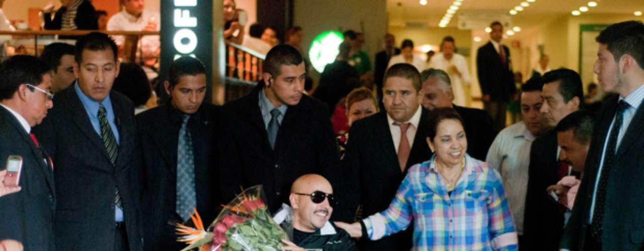 Lupillo Rivera, fue recibido con mariachis a su salida del Hospital Metropolitano, en la Ciudad de México, luego de la operación a la que tuvo que ser sometido de emergencia, como consecuencia del dejaste del cartílago en una de sus rodillas.