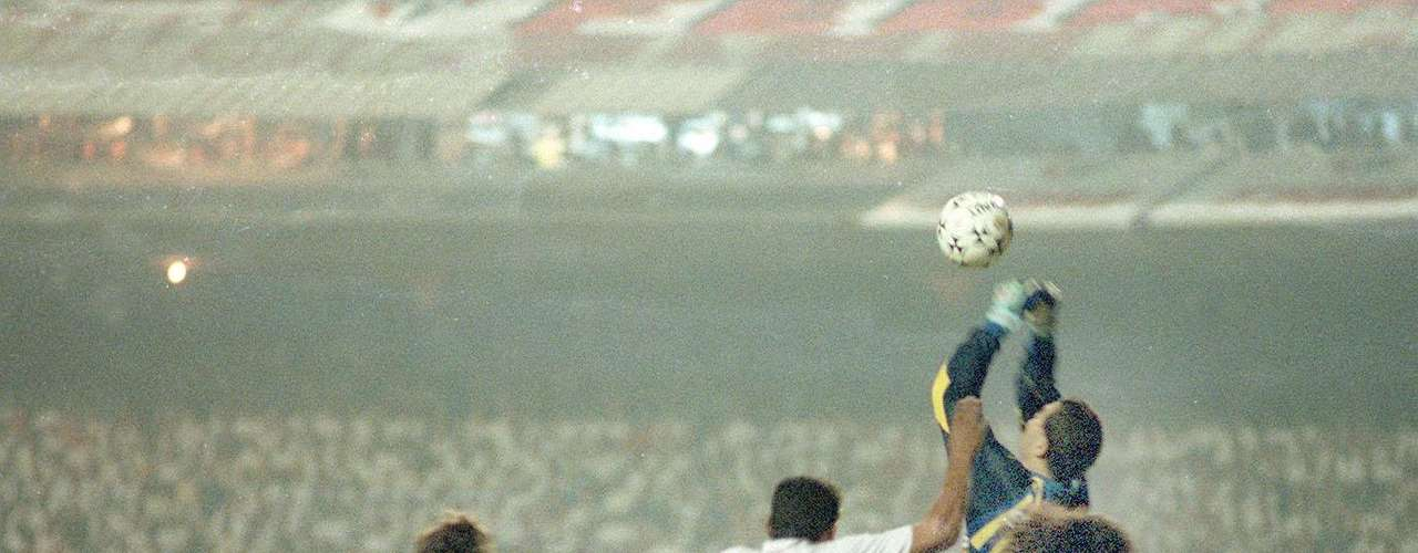 In 1994 Velez Sarsfield would end Sao Paolo's dreams of a third straight title  in the tournament with a 5-3 win in the penalty shootouts after a 1-1 tie in the first two legs of the final.