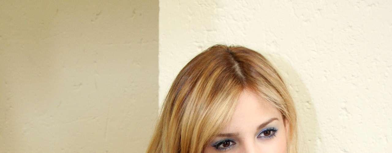 Eiza incursiona como compositora en cinco de los temas del álbum.