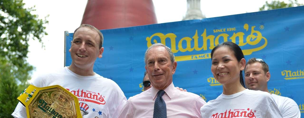 Los dos campeones comedores de hot dogs y sus retadores se reunieron el martes con el alcalde Michael Bloomberg para la ceremonia oficial de pesaje previa al concurso anual del 4 de julio en Nueva York.