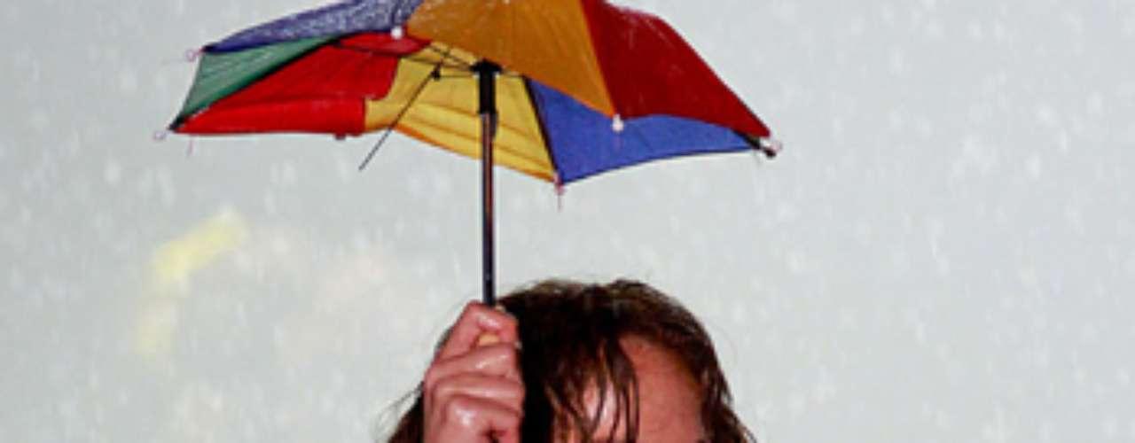Un pequeño paraguas la protegió de las gotas.