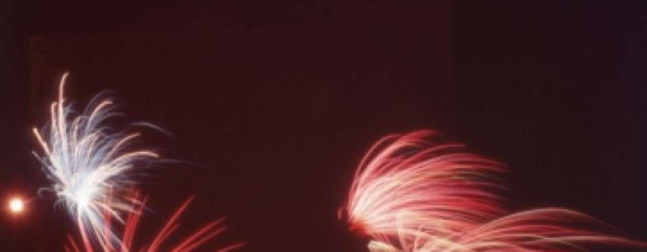 De acuerdo a Centros para el Control y la Prevención de Enfermedades de Estados Unidos (CDC por sus siglas en inglés), en 2006 al menos once personas murieron y se estima que 9,200 fueron atendidas en los centros de urgencia por lesiones relacionadas con los fuegos artificiales, las cuales se registran con mayor frecuencia durante las celebraciones del 4 de julio.