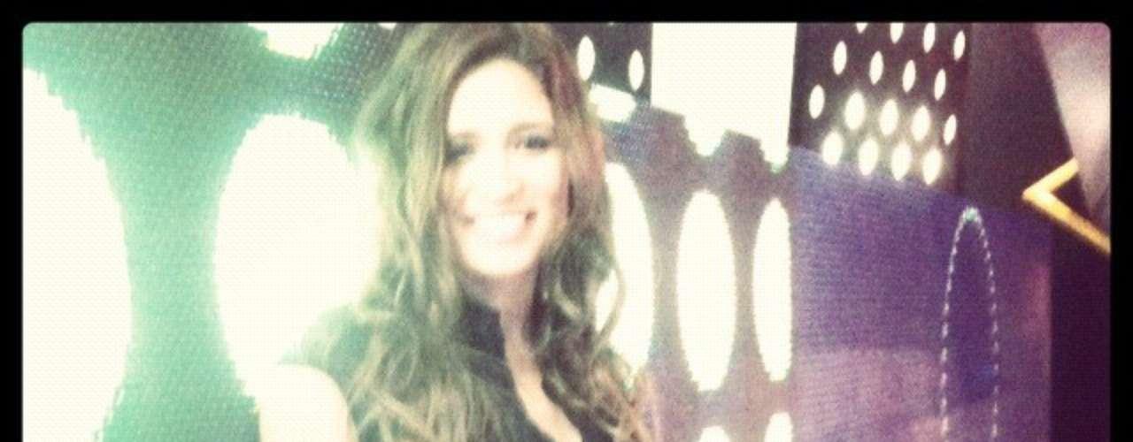 Julia Mengolini, en medio de la presunta relación amorosa con Fito Páez, día a día publica en su cuenta de Twitter fotos sexys en las que se muestra con la ropa que usa en Duro de Domar. También aprovecha para mostrar detalles de su indumentaria y su cuerpo junto a compañeros de trabajo. ¿Qué te parece su estilo?