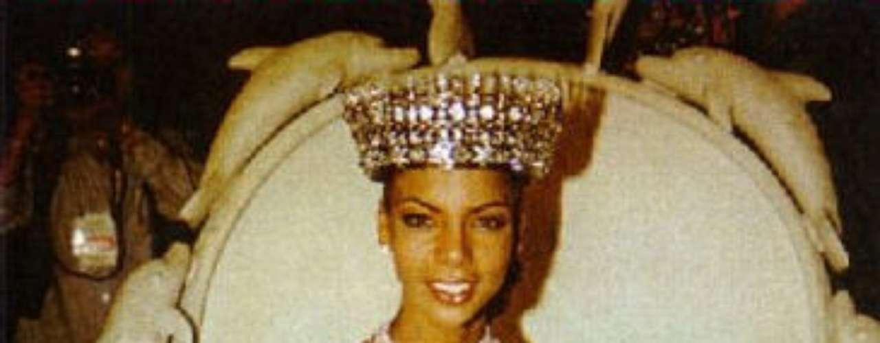 Rosa Elvira Cartagena fue escogida como Miss Perú Mundo 1999 y, una mañana, salió a afirmar a los medios que su corona había sido robada. Sorpresa fue cuando, días después, se descubrió que todo se trataba de un auto-robo. Este hecho le valió el despojo del título.