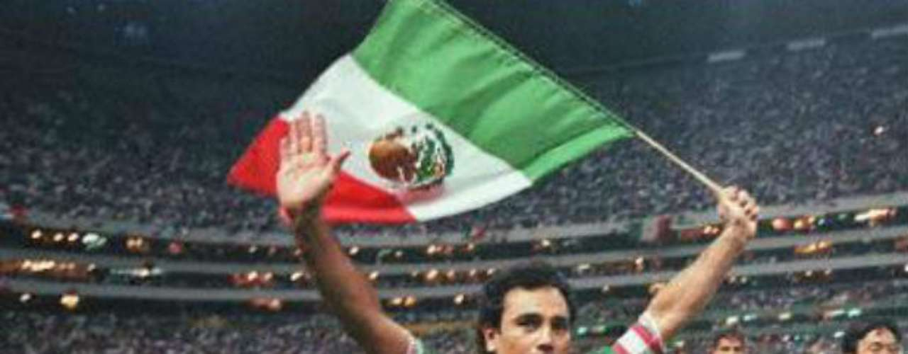 With Mexico he played 58 official matches, scoring 29 goals. He won the Gold Cup in 1993, but will be remembered for the controversy in the 1994 World Cup where he refused to play in the position the manager, Miguel Mejia Baron, shoes for him. After the loss against Germany, Sanchez criticized the manager.