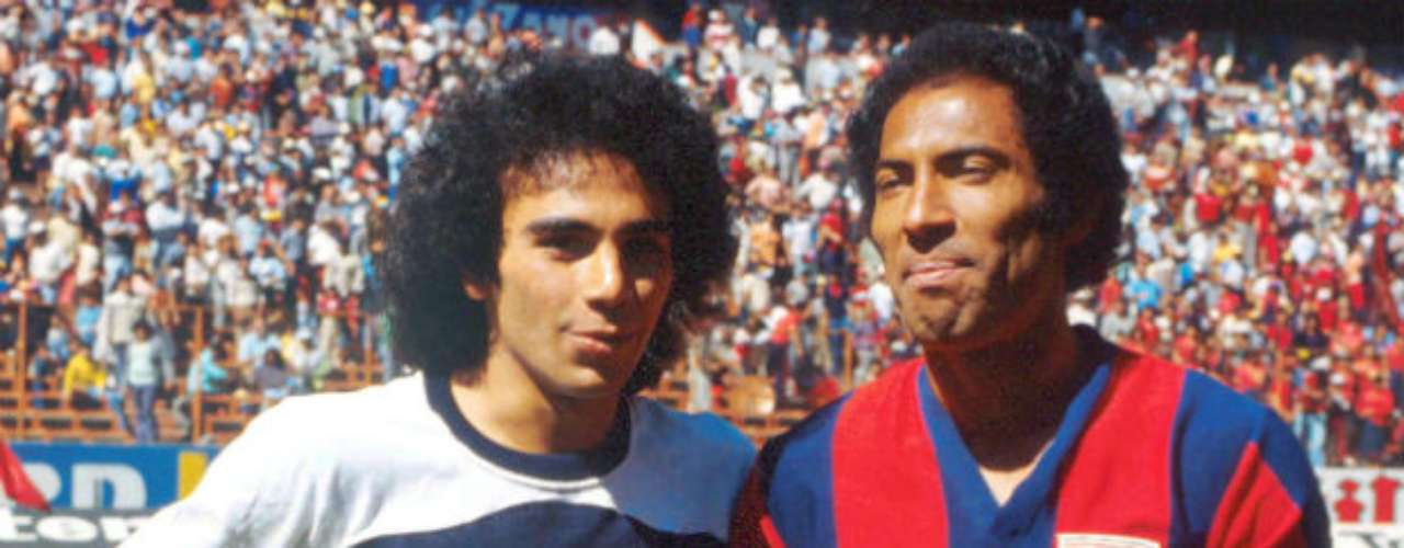 The famous Penta Pichichibegan his career with Pumas. He debuted in 1976-177 with five goals in 19 matches. He shared the field with another Pumas legend, Cabinho.