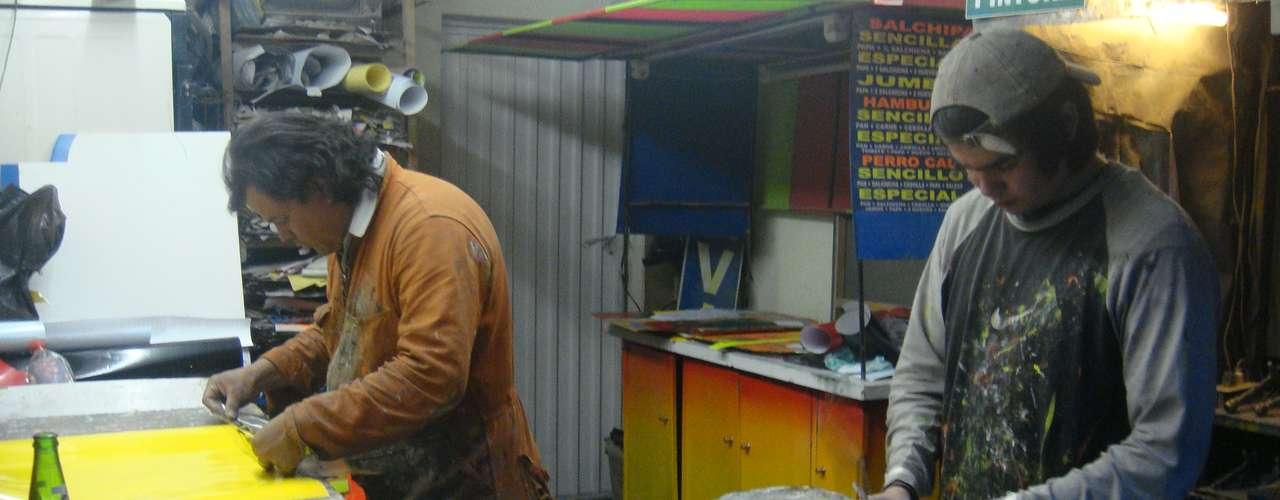 Antes de que al Distrito se le ocurriera esta idea, este carpintero vendía más de 15 tablas diarias a un valor de $ 50.000 las grandes y a $ 25.000 las pequeñas. Actualmente las vende casi por mitad de precio.