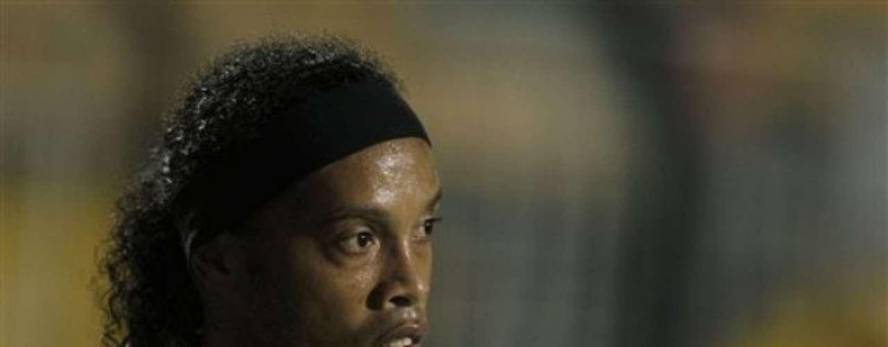 Uno que decidió regresar a su país natal fue Ronaldinho. Primero jugó con Flamengo y ahora con Atlético Mineiro quiere brillar en el fútbol carioca