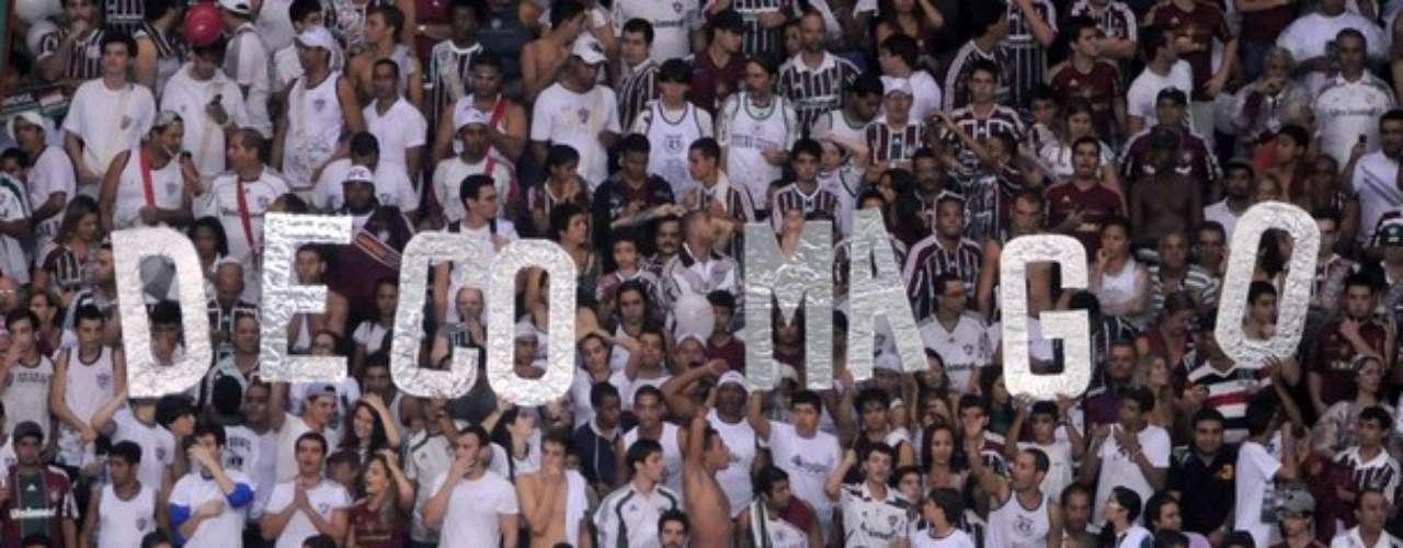 Su buen juego es amado por la afición de Fluminense que con pancartas lo llaman 'Mago'