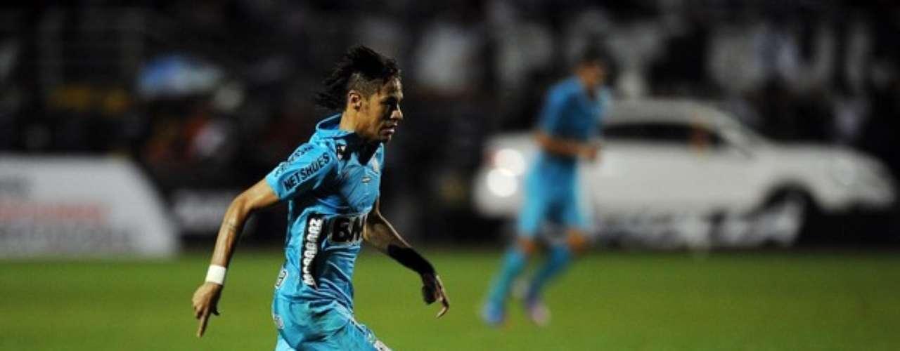 Su velocidad, sus gambetas y sus goles, tienen enamorados a todos los hinchas de Santos y no quieren que esta joven estrella, deje el fútbol de Brasil