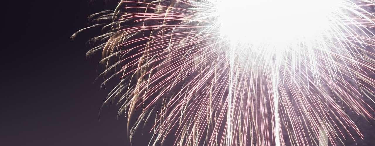 En el área de Washington, donde las compañías aún intentan restablecer la electricidad a unos 116.000 hogares y negocios, al menos cuatro vecindarios cancelaron los fuegos artificiales para la celebración del 4 de Julio.