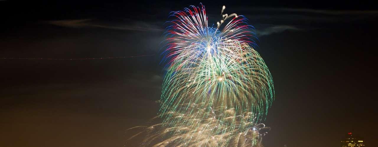 El mundo entero está al tanto de la fiesta del 4 de julio en Estados Unidos. La festividad es identificada con barbacoas, perros calientes, fuegos artificiales y parranda. Pero más allá de todo eso, este feriado es el más importante para los estadounidenses; porque es el día en que se celebra la independencia de un país relativamente joven. Este 2012 cumple 236 años.