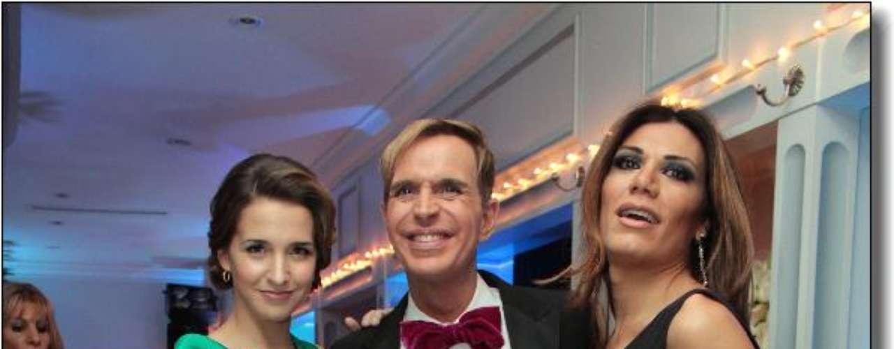 Jorge Ibanez escoltado por Soledad Fandino y Florencia de la V.