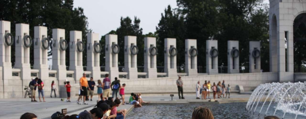 Alrededor del monumento de la Segunda Guerra Mundial la gente se congregaba para refrescarse.