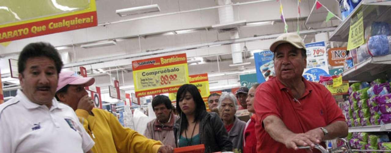 Miles de personas se apresuraron a canjear unas tarjetas prepagadas que, según dijeron, se las regaló el partido que ganó la presidencia de México, alimentando las acusaciones de que las elecciones del domingo estuvieron manchadas por una enorme compra de votos.