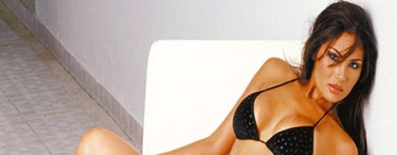 26 de mayo de 2010. La modelo colombiana Angie Sanclemente Valencia fue detenida en Buenos Aires, acusada de integrar una red de narcotráfico, confirmaron a Efe fuentes de la Policía de Seguridad Aeroportuaria de Argentina. La mujer, sobre quien pesaba un pedido de captura internacional, fue apresada en un hotel del barrio porteño de Palermo, precisaron las fuentes.