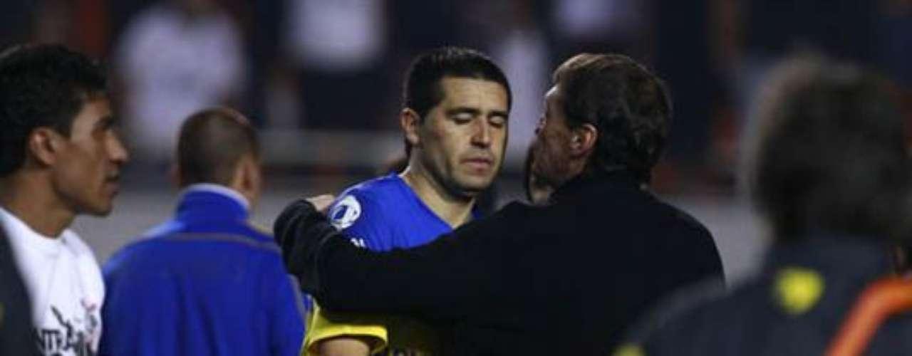 Juan Román Riquelme jugó en la derrota de Boca 2 a 0 ante Corinthians en Brasil por la final de la Copa Libertadores y esa fue su despedida del club de sus amores. Aquí, un frío saludo con el DT Julio Falcioni