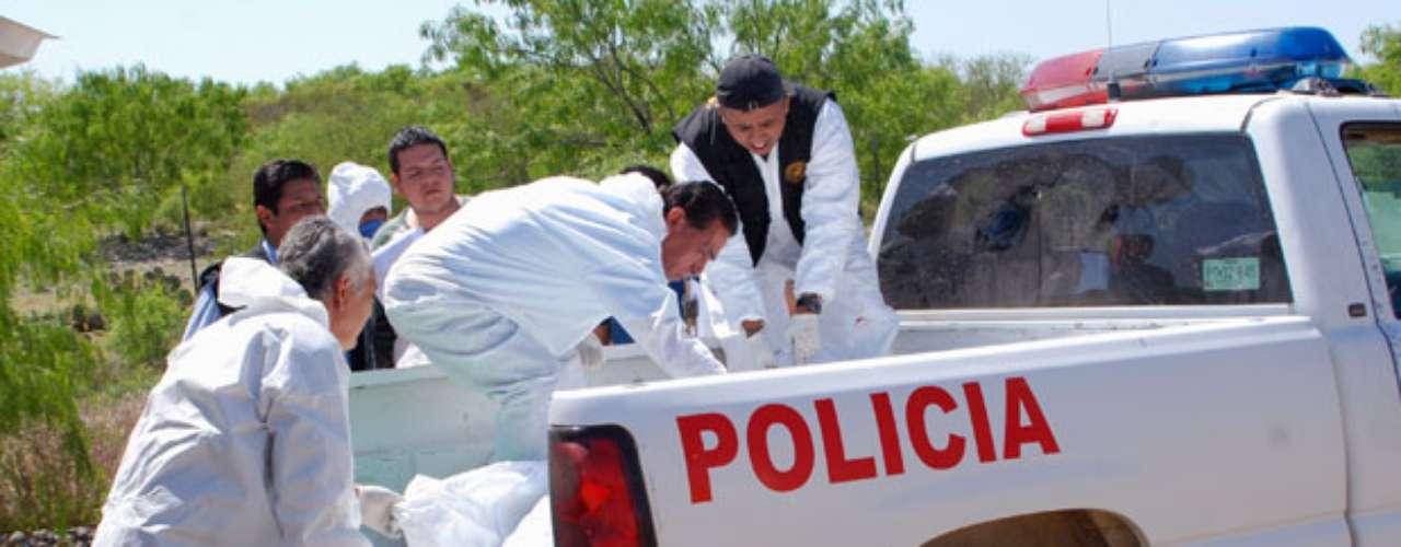 Uno de los hallazgos más horrendos fue el realizado el pasado mayo cuando fueron localizados 49 cuerpos decapitados en las afueras de Cadereyta, Nuevo León. Las autoridades informaron que las víctimas eran miembros del crimen organizado y que el sanguinario cartel de los Zetas se había adjudicado la autoría de esta masacre.