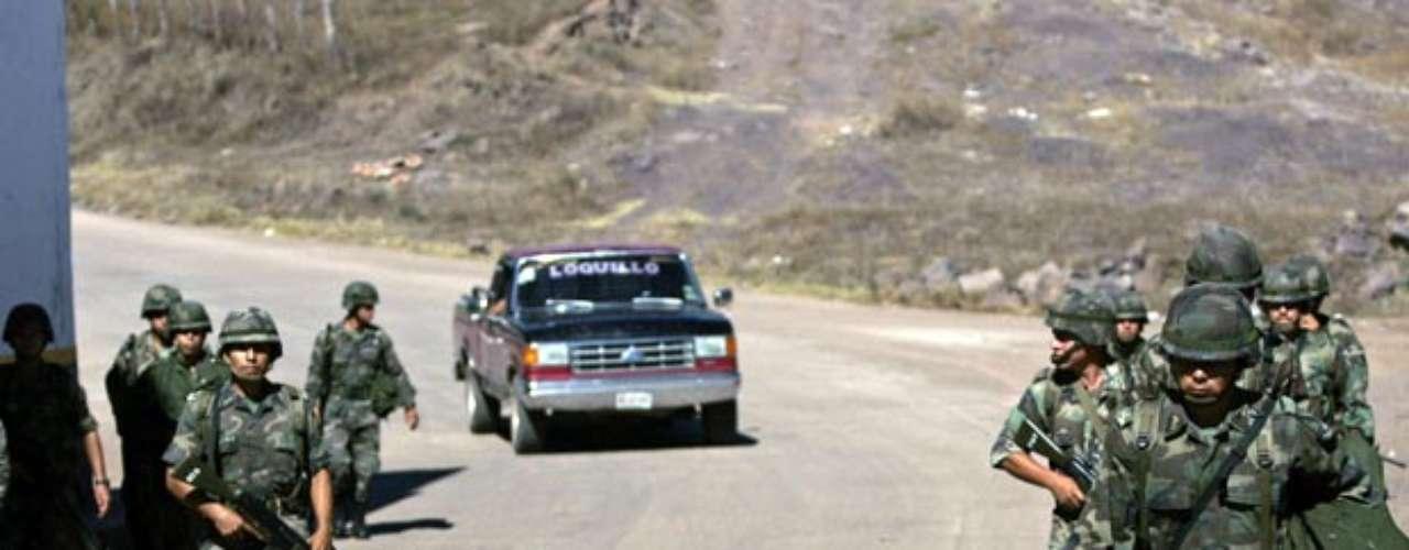 En otro acto similar, una joven mujer de 25 años fue hallada con la cabeza entre sus piernas en una zona marginal del área metropolitana de de Nuevo León, estado en donde los Zetas están presentes y cometen homicidios horrendos.