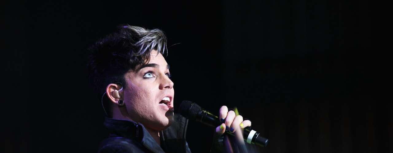 """Adam Lambert: """"El cantante, actor y modelo estadounidense se dio a conocer mundialmente al participar en la 8ª temporada del concurso American Idol, el artista confesó su homosexualidad a Rolling Stone diciendo """"no creo que para nadie sea una sorpresa escuchar que soy gay""""."""