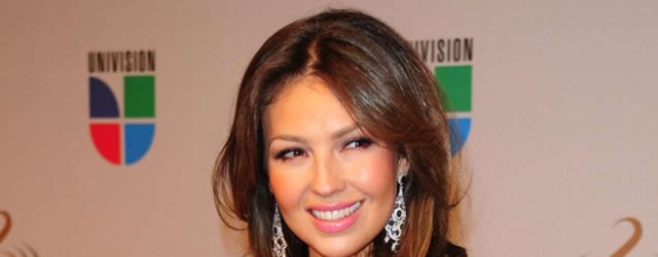 Thalía. La actriz y cantante mexicana se convirtió en ciudadana estadounidense en el 2006 tras llevar seis años de matrimonio, con su esposo Tommy Motola. En ese entonces, Thalía le aseguró a los mexicanos que la doble nacionalidad la ayudaría para luchar por los derechos de la comunidad latina en los Estados Unidos.