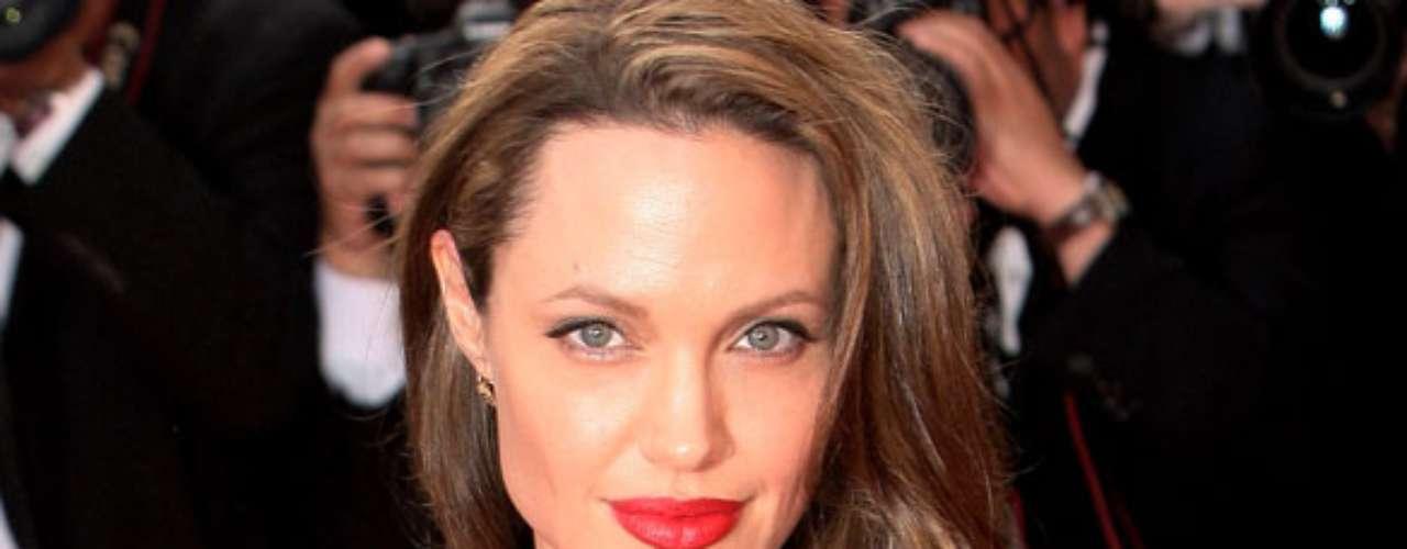 Angelina Jolie. La famosa actriz de Hollywood recibió en el año 2005 la nacionalidad camboyana, como reconocimiento a su ayuda financiera para preservar la fauna y flora de ese país. Maddox, uno de los hijos de Angelina, es originario de ese país.