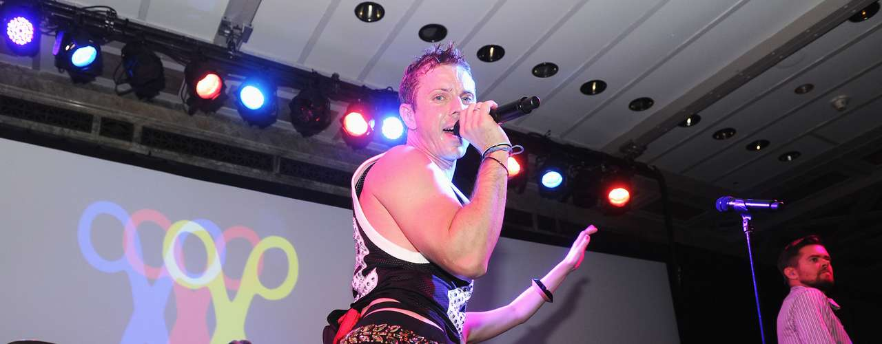 Jake Shears (Scissor Sisters): El músico ha sido abiertamente homosexual desde sus inicios en la música. Su maquillaje, baile y puesta en escena demuestran que está muy feliz de su condición gay.
